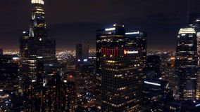 Exploración aérea del horizonte de Los Angeles en la noche almacen de metraje de vídeo
