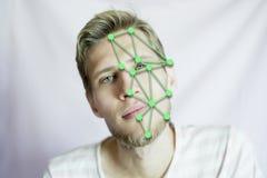 Exploración biométrica de la cara del hombre que identifica para un pasaporte internacional aislado foto de archivo