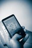 Exploración con el smartphone del código del qr imagen de archivo