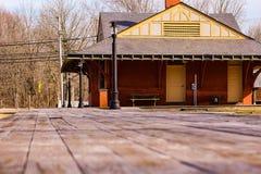 Exploración de la estación de tren del abandono en los pinos foto de archivo libre de regalías