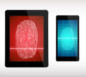 Exploración de la huella dactilar en el teléfono y la tableta elegantes - ejemplo Foto de archivo libre de regalías