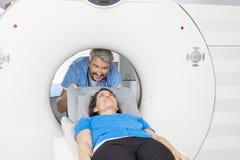 Exploración del doctor Preparing Patient For CT en hospital imagenes de archivo