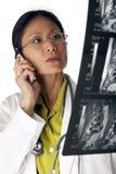 Exploración del doctor Reading MRI Foto de archivo libre de regalías