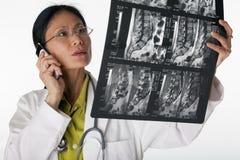 Exploración del doctor Reading MRI Fotografía de archivo libre de regalías