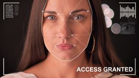 Exploración futurista y tecnológica de la cara de una mujer hermosa para el reconocimiento facial y de la persona explorada, futu almacen de metraje de vídeo