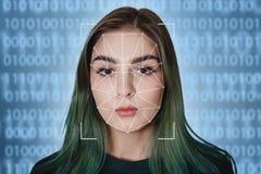 Exploración futurista y tecnológica de la cara de una mujer hermosa para el reconocimiento facial y de la persona explorada Puede imágenes de archivo libres de regalías