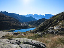 Exploración, relajación y el caminar en montaña de las vacaciones de la naturaleza en un día puro soleado Fotografía de archivo