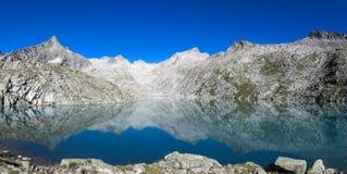 Exploración, relajación y el caminar en montaña de las vacaciones de la naturaleza en un día puro soleado Imagenes de archivo
