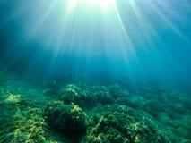 Exploración subacuática en una isla del paraíso foto de archivo libre de regalías