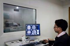 Exploración y pantalla del hospital MRI fotos de archivo