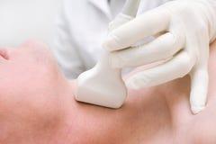 Exploración con el ultrasonido para la investigación de la tiroides Foto de archivo
