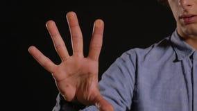 Exploraciones del hombre cinco huellas dactilares almacen de video