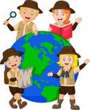 Explorador bonito Around da família um globo ilustração royalty free