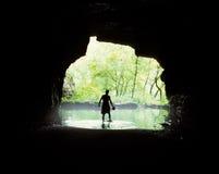 Explorador da caverna foto de stock