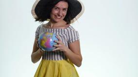 Explorador de sexo femenino con el globo en sus manos - aisladas metrajes