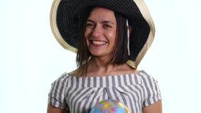 Explorador de sexo femenino con el globo en sus manos - aisladas almacen de metraje de vídeo
