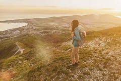Explorador de sexo femenino que camina en la puesta del sol Fotos de archivo libres de regalías