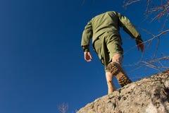 Explorador de sexo masculino joven Climbing en roca vieja Fotografía de archivo libre de regalías