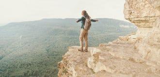 Explorador feliz en el estante de Eagle del acantilado Imágenes de archivo libres de regalías