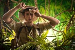 Explorador joven agotado en la selva imagen de archivo libre de regalías