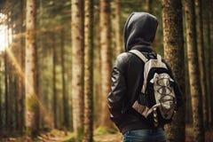 Explorador joven en el bosque Fotos de archivo