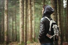 Explorador joven en el bosque Fotografía de archivo