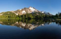 Explorador Lake y Mt Jefferson foto de archivo