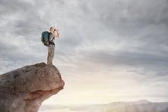 Explorador no pico de uma montanha fotografia de stock