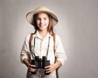 Explorador pequeno que guarda binóculos imagens de stock