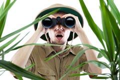 Explorador que mira a través de los prismáticos Fotografía de archivo libre de regalías