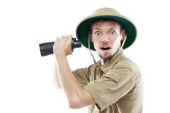 Explorador que sostiene los prismáticos Imagen de archivo libre de regalías