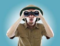 Explorador surpreendido que olha através dos binóculos Fotos de Stock