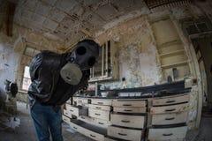 Explorador urbano em um laboratório que veste uma máscara de gás Fotografia de Stock