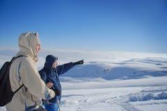 Exploradores en una tapa de la montaña Foto de archivo