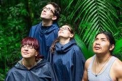 Exploradores europeos en la selva del Amazonas Fotos de archivo