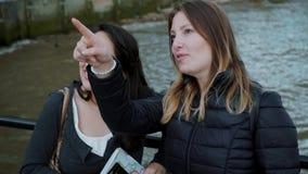Explorando a cidade de Londres - duas meninas na excursão sightseeing video estoque
