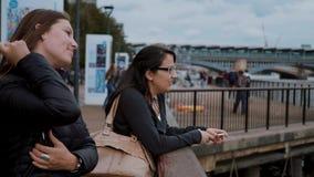 Explorando la ciudad de Londres - dos muchachas en visita turística almacen de metraje de vídeo