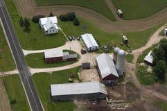 Exploração agrícola de leiteria típica vista da vista aérea acima Imagem de Stock Royalty Free