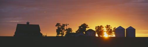 Exploração agrícola no por do sol, Imagens de Stock Royalty Free