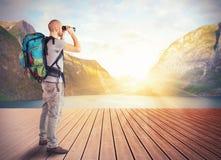 Explorateur dans un lac photos stock