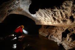 Explorateur de caverne, spéléologue explorant le souterrain Image libre de droits