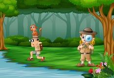 Explorateur de garçons de la bande dessinée deux dans une forêt illustration stock