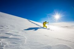 Explorateur de montagne de haute altitude marchant par la neige profonde image stock
