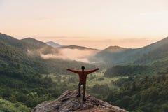 Explorateur heureux en montagnes images libres de droits
