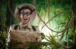 Explorateur trouvant le chemin droit dans la jungle photo stock