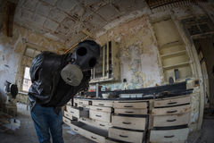 Explorateur urbain dans un laboratoire utilisant un masque de gaz Photographie stock