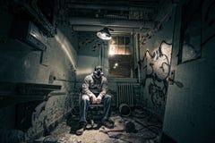 Explorateur urbain dans une salle abandonnée Photographie stock libre de droits