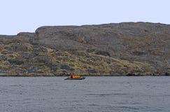 Explorateurs croisant l'Arctique dans un radeau photographie stock libre de droits