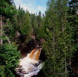 Exploration de rivière de cascade Photos libres de droits