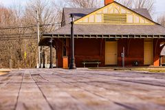 Exploration de station de train d'abandon dans les pins photo libre de droits